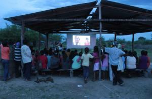 Prpoyección de documentales en la comunidad de Sawhoyamaxa.
